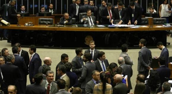 Mais de 400 deputados ficaram em plenário até tarde da noite desta quarta (16), mas sessão esvaziou a certa altura da sessão