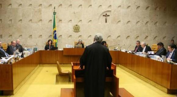 Na tribuna, o advogado de Temer, Antonio Cláudio Mariz, fala aos ministros