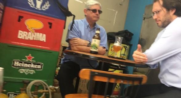 Foto enviada por frequentador de um bar de Brasília ao site O Antagonista mostra o encontro entre o procurador-geral da República e o advogado Pierpaolo Bottini
