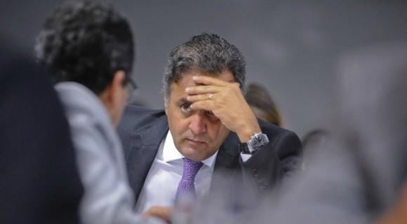 Aliados temem que decisão judicial de tornar votação aberta prejudique o tucano denunciado por corrupção passiva