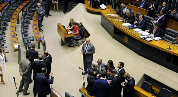 A oposição não registrou presença em plenário e o presidente da Câmara, Rodrigo Maia, teve que encerrar e reabrir uma nova sessão