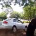 Na tentativa de passar por cima do grupo, o motorista subiu o canteiro e foi em direção aos ciclistas