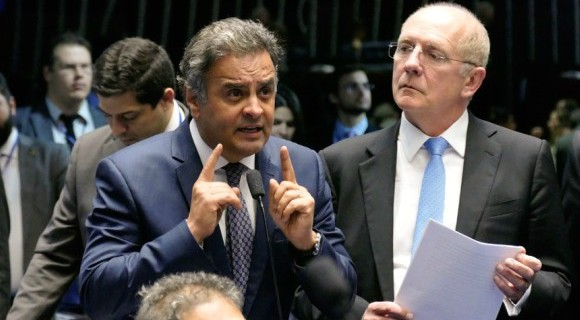 Observado pelo líder do PSDB no Senado, Aécio fala em plenário