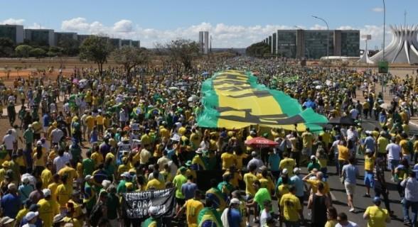 manifestantes-protestam-contra-o-governo-da-presidente-dilma-rousseff-em-brasilia-na-manha-deste-domingo-16-1439737089520_956x500
