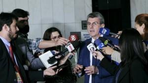 Jucá falou à imprensa na entrada do plenário