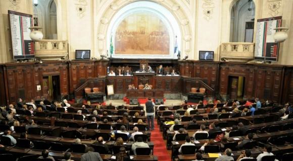 Maioria governista em plenário dá 18 votos contra a decisão do TRF-2