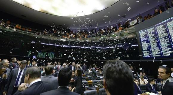 Dinheiro na mão é vendaval: parlamentares têm dinheiro a aposentadoria mais polpuda em relação à dos demais contribuintes