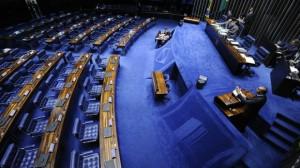 Senador discursa para plenário vazio: gazeta que custa milhões ao contribuinte