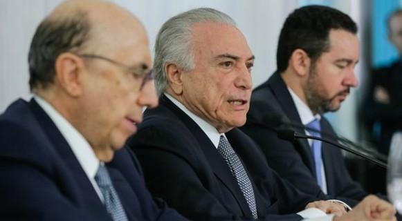 Temer entre os ministros Henrique Meirelles (Fazenda) e Dyogo Oliveira (Planejamento): cabeças da reforma tiveram más notícias do Ibope em junho