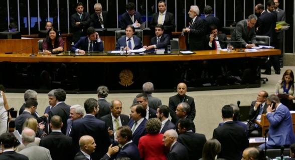 Sessão de 23 de novembro em que o Congresso derrubou o veto de Temer e ampliou benefícios a empresas em detrimento da União, Estados e municípios