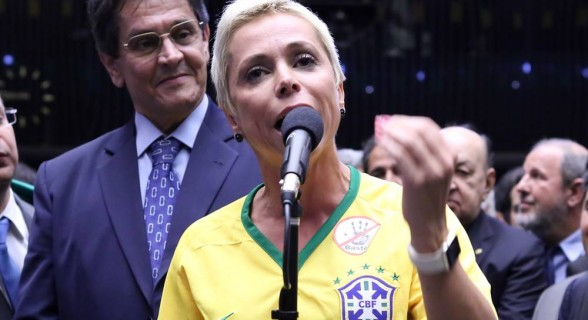 Cristiane Brasil e o pai, o ex-deputado condenado no mensalão Roberto Jefferson. Posse dela está prevista para esta segunda-feira após três semanas de adiamento por causa de decisões da Justiça