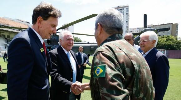Temer chega à Base Aérea do Galeão, no Rio de Janeiro, e é ciceroneado por Crivella