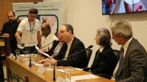 A ministra Cármen Lúcia e o deputado Alessandro Molon compuseram a mesa durante o anúncio da campanha