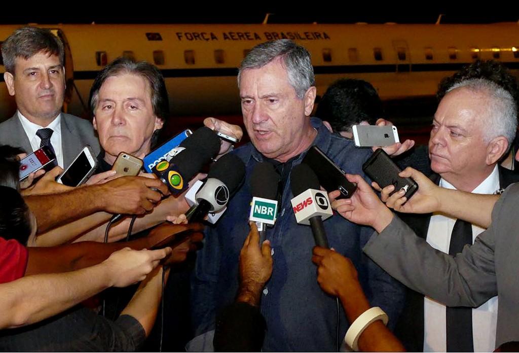Resultado de imagem para Torquato Jardim, ministro da Justiça, e Eunício Oliveira, presidente do Senado, durante entrevista na Base Aérea de Brasília, na noite de ontem