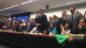"Bolsonaro fala para a ""militância"" militarista: discurso truculento"
