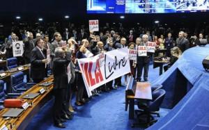 """""""Lula livre"""": senadores e deputados apoiadores de Lula fizeram protesto em plenário na última quarta-feira (11)"""