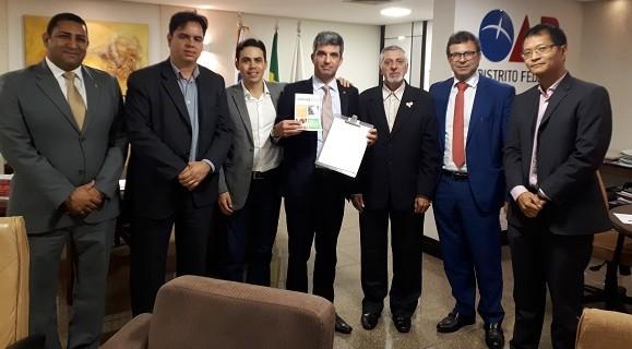 Presidente e ouvidor da OAB assinaram ficha de apoio à proposta do Câmara + Barata, que estima uma economia de R$ 300 milhões por legislatura nos gastos da CLDF.