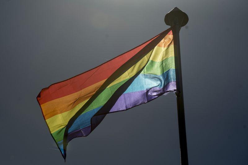 Izada de bandera del orgullo gay en la Plaza de la Paz