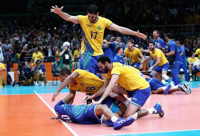 Jogadores comemoram vitória com Serginho 38e6ed8552535