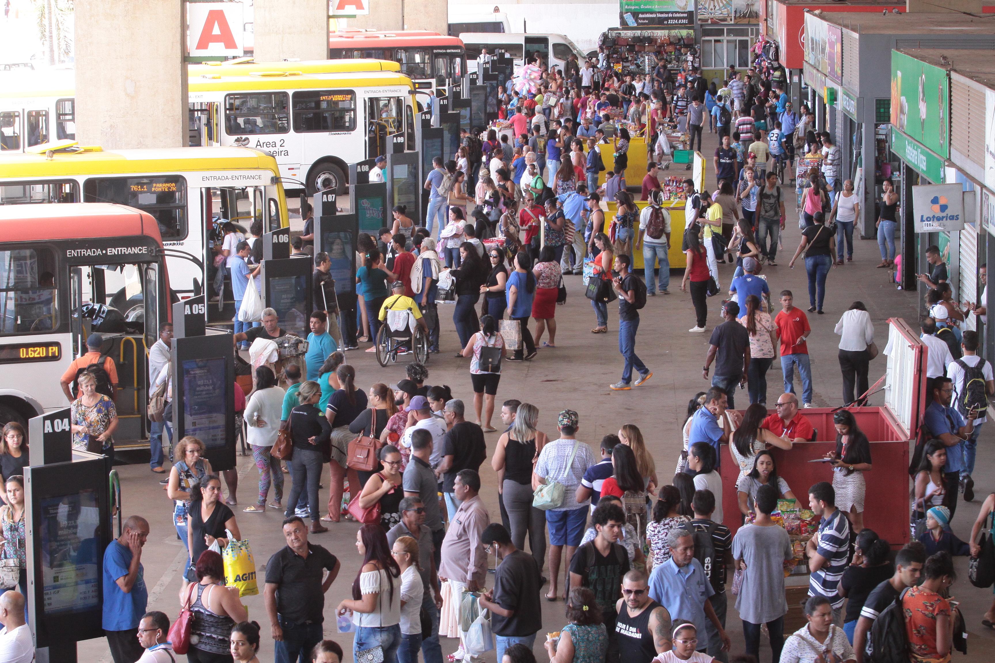 Resultado de imagem para passageiros na rodoviária de  brasília