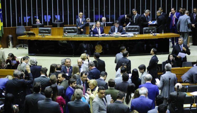 Deputados e senadores se reuniram no plenário da Câmara