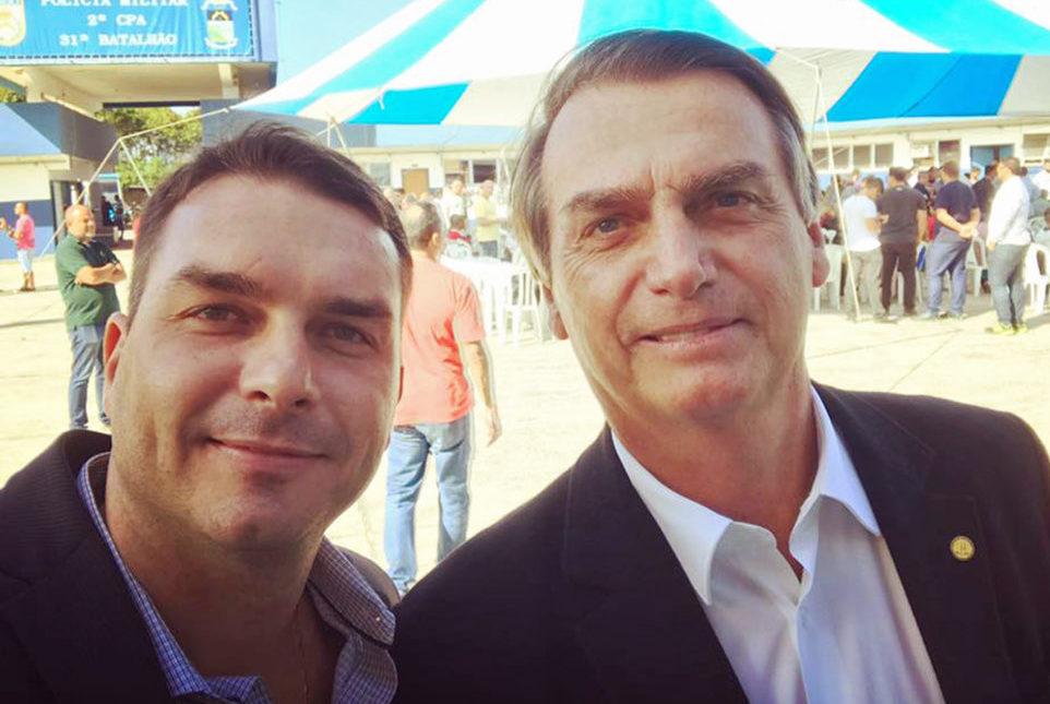 59dd676c07c Política desmistificada  Flávio Bolsonaro visita pai após revelação ...