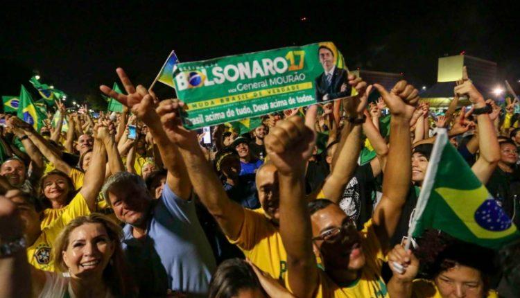 Bolsonaro. Eleitores Bolsonaro comemoram vitória na Esplanada dos Ministérios, em Brasília