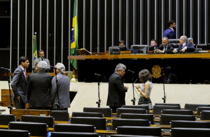 Deputados conversam em plenário, mas nada aprovam