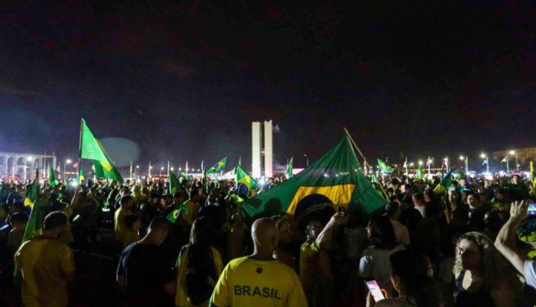 Com o Congresso ao fundo, eleitores lotam o centro do poder em Brasília e modificam a paisagem da Esplanada
