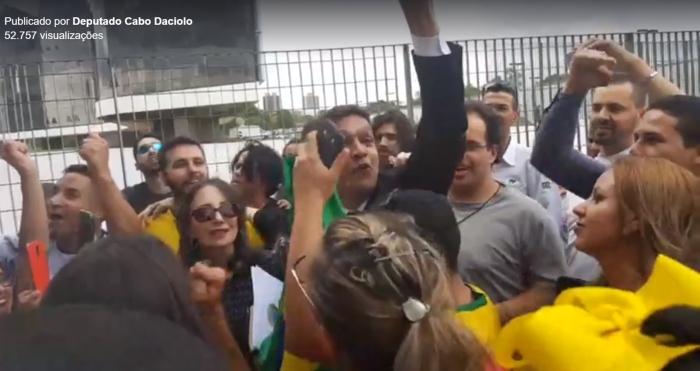 """""""Glória a Deus"""": deputado evangélico é recebido por apoiadores em frente ao TSE"""