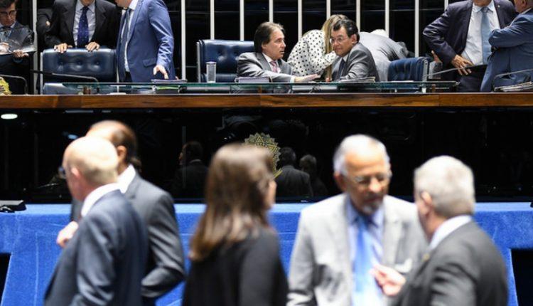 Eunício e Eduardo Braga conversam na Mesa Diretora diante de um plenário com poucos senadores