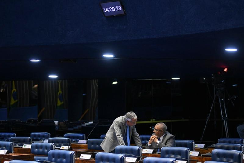 No registro da Agência Senado, João Capiberibe (PSB) e Paulo Paim (PT) em um plenário vazio