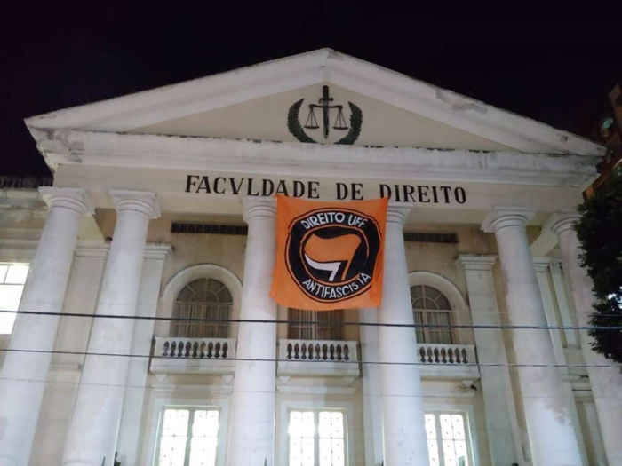 Uma bandeira foi pendurada por alunos da UFF. Agentes da fiscalização eleitoral do Rio de Janeiro tentaram tirá-la do local