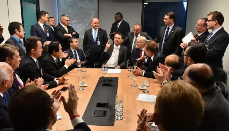 Bancada evangélica. Bolsonaro é aplaudido em reunião com parlamentares evangélicos nesta terça (27)