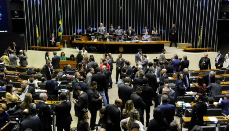 Deputados lotam plenário da Câmara em plena segunda-feira para votar MPs