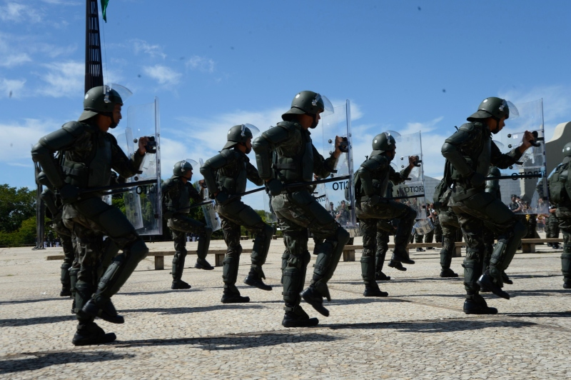 Militares realizam demonstração na Esplanada