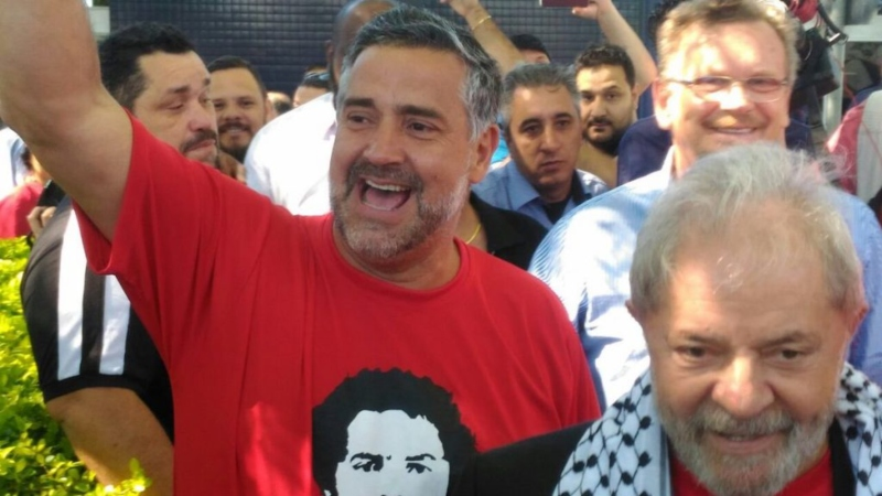 Paulo Pimenta acompanhou Lula até os últimos instantes de sua liberdade, em 7 de abri