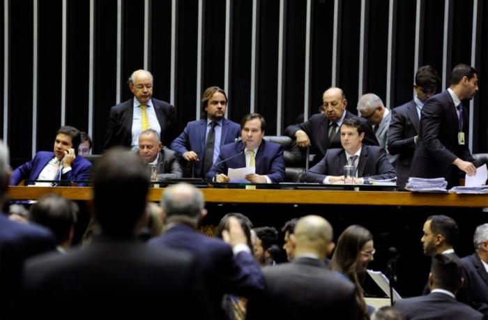 Rodrigo Maia conduz sessão que levou à aprovação da matéria em plenário