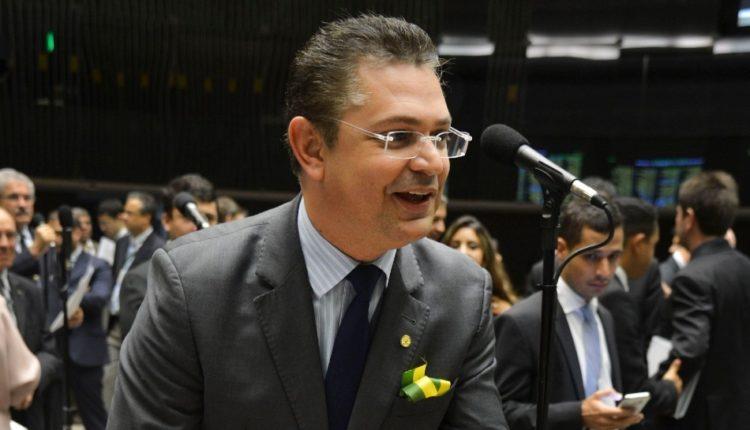 Crítico dos governos petistas, Sóstenes distribuiu mortadela em plenário durante sessões plenárias que discutiram o impeachment de Dilma