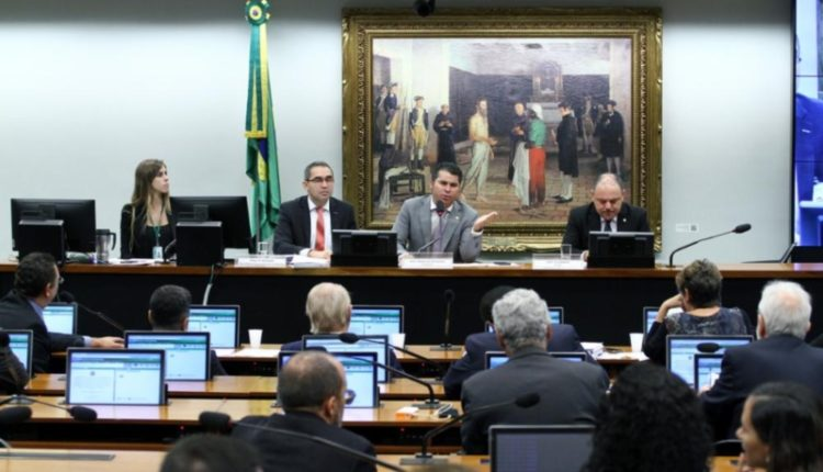 Deputados. Reunião na comissão especial mantém alta temperatura das ocasiões anteriores