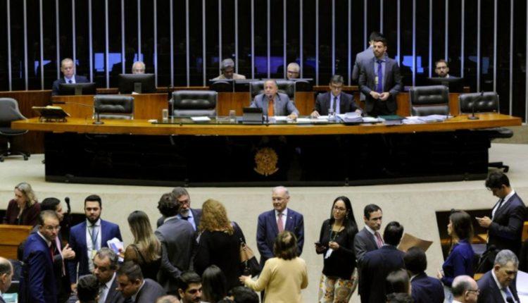 Na ausência de Rodrigo Maia, deputado Manato conduziu sessão plenária nesta terça-feira