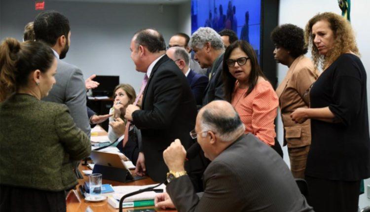Deputados. Presidente da comissão chegou a chamar segurança da Câmara para retirar parlamentares da frente da mesa