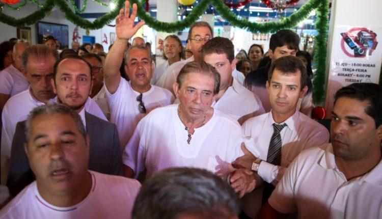 João de Deus. Médium é cercado por seguidores ao chegar à Casa Dom Inácio Loyola, em Abadiânia (GO), na primeira vez em que ressurgiu em público após denúncias