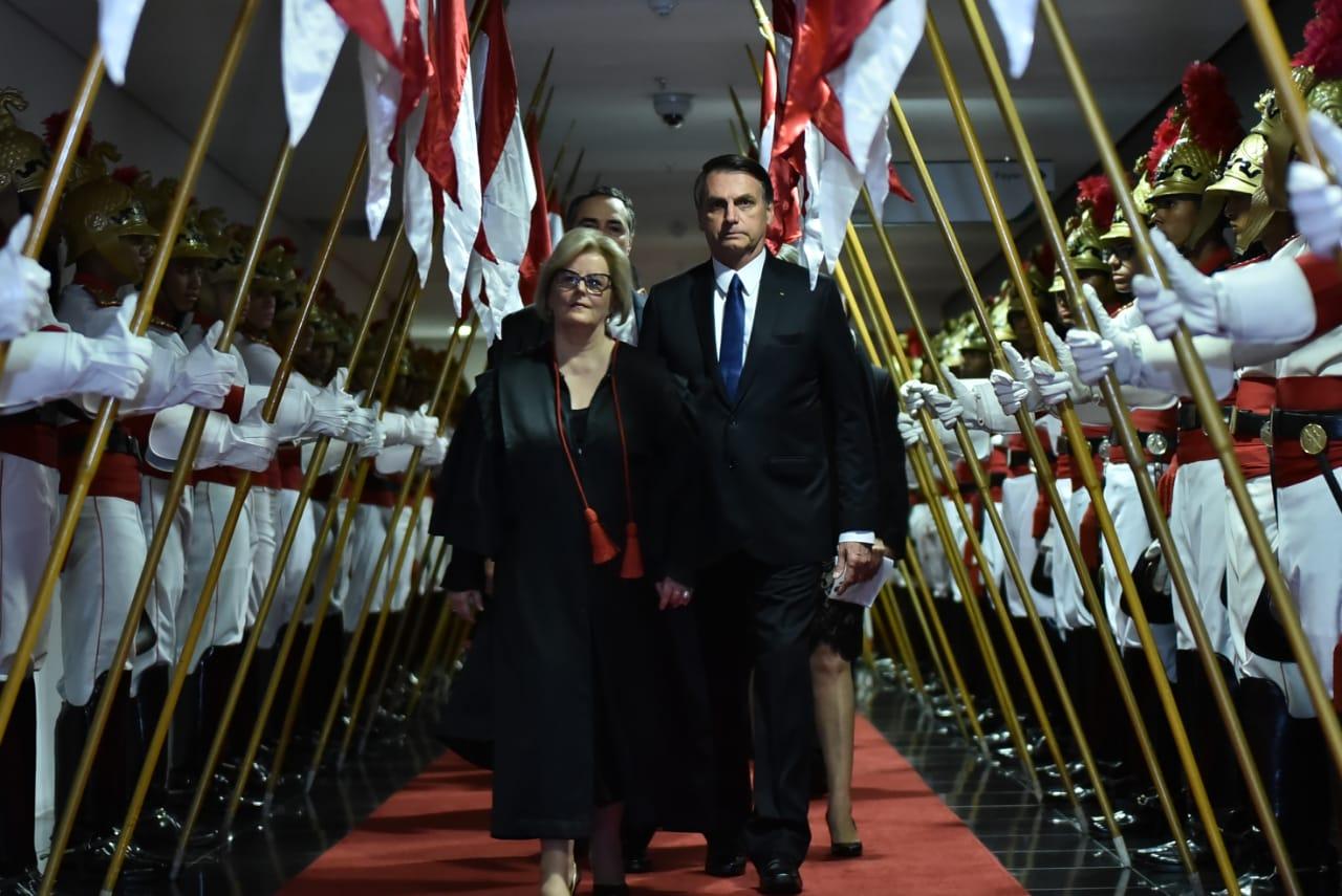 """Bolsonaro e a presidente do TSE, ministra Rosa Weber, no dia da diplomação do presidente eleito: """"Perdão por caneladas"""""""