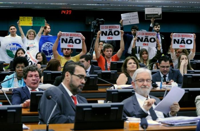Manifestantes contra e a favor do projeto têm acompanhado discussões na comissão especial há meses