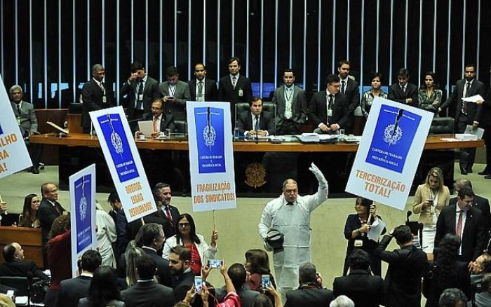 Governo Temer até conseguiu reforma trabalhista (na foto, no final de abril de 2017, deputados da oposição protestam em plenário), mas fracassou nas tentativas de reformar a Previdência