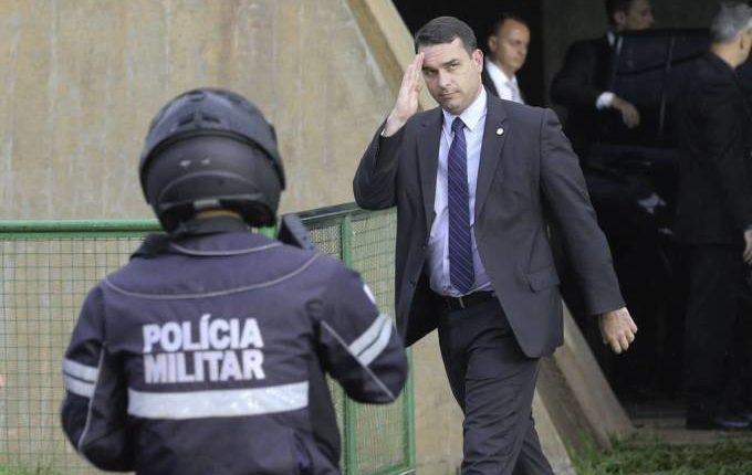Filho de Bolsonaro comprou R$ 4,2 milhões em imóveis em três anos, diz Folha