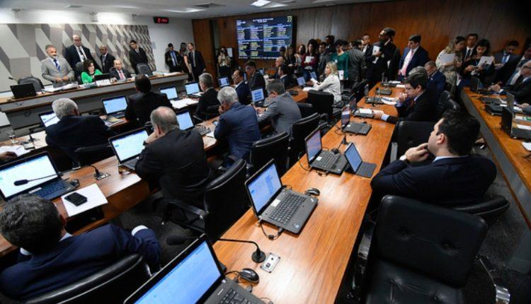 Senadores. Senadores lotaram sala de audiência da CCJ nesta quarta-feira