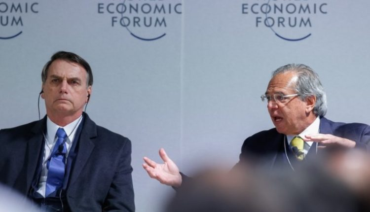 Governo prepara. Bolsonaro e Paulo Guedes divergem sobre idade mínima para homens e mulheres. Ministros defende igualar idades