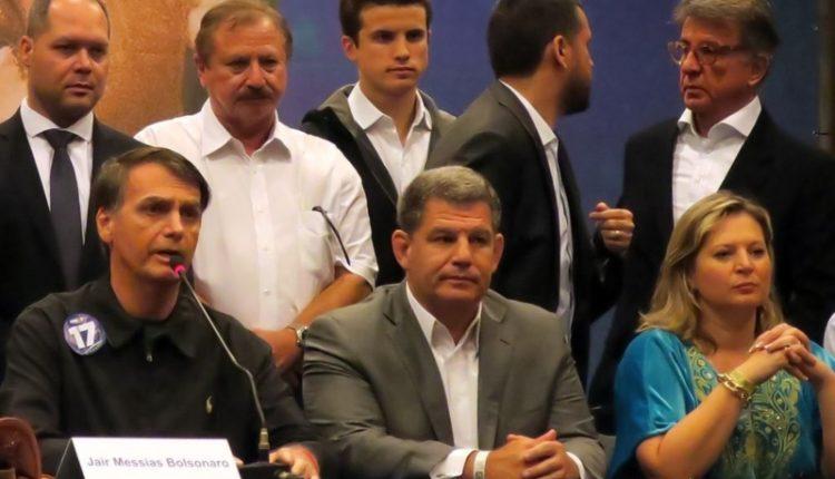 Partido. Bebianno (entre Bolsonaro e Joice) deixou o comando do PSL no dia seguinte à eleição presidencial